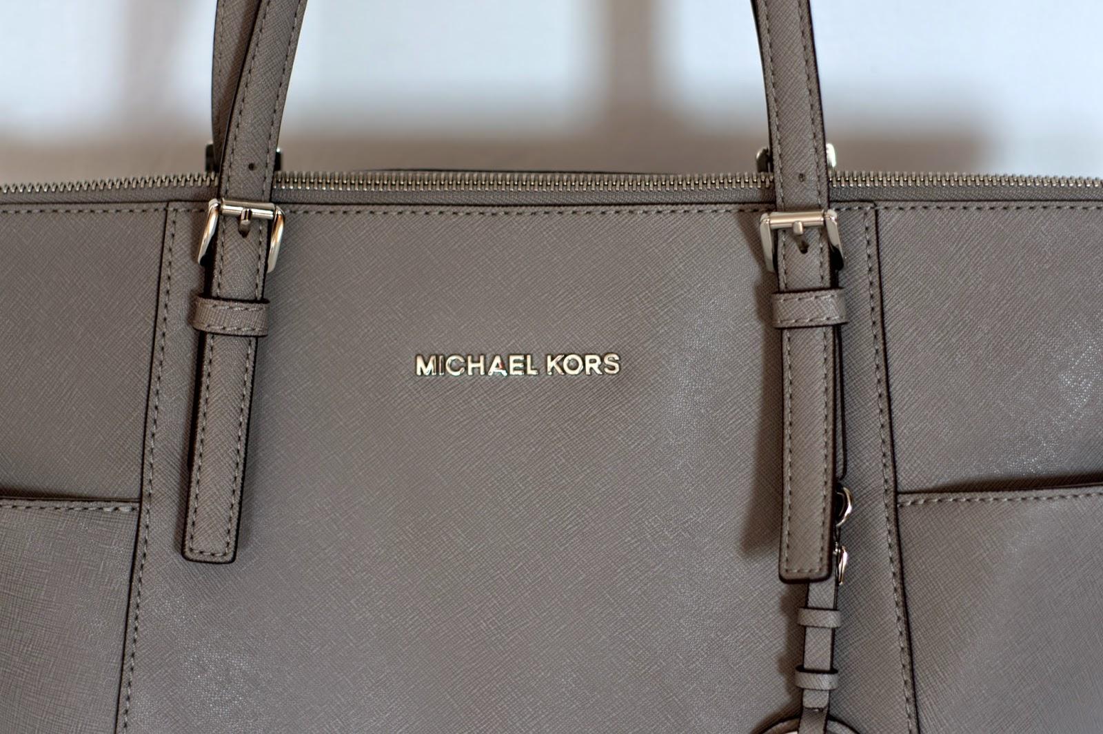 c888f2fe7791d Logo Michael Kors - znajduje się na górnym środku torebki. Są wyraźne,  idealnie równe, występują jako dwa oddzielne emblematy, bez łączeń.