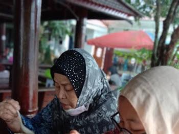 Along Belanja Nenek Minum Cendol Songkok Tinggi