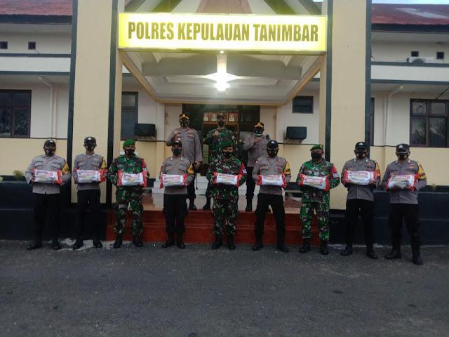 Romi Agusriansyah dan Indra Irawanto Harap Bansos PPKM Ringankan Beban Warga Tanimbar