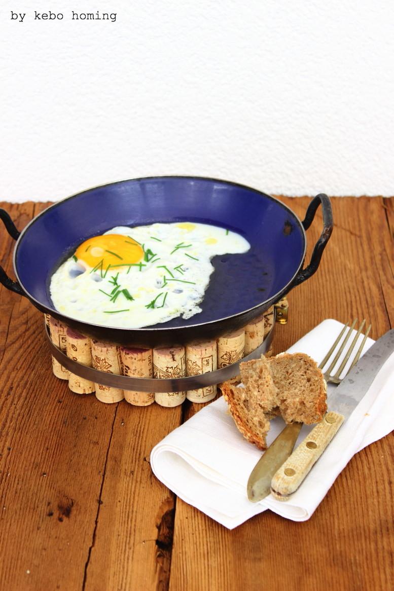 DIY am kreativen Dienstag, Topfuntersetzer aus Flaschenkorken, basteln, upcycling, Geschenkidee auf dem Südtiroler Food- und Lifestyleblog kebo homing... und die Sache mit dem Spiegelei :)