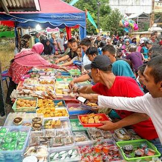 Orang Membeli takjil di Pasar Ramadan