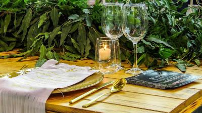 Mesa preparada para boda con copas de vino