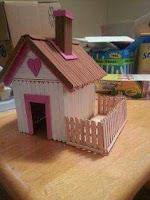 casita en miniatura con palitos de helado