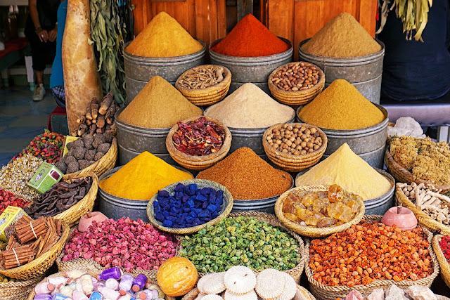 Nằm tại khu phố cổ Deira, chợ gia vị Spice Souk tọa lạc ngay bên cạnh lạch Dubai. Nơi đây được xây dựng nên từ dãy đường hẹp tràn ngập các cửa hàng, một vài cái không có mái và một số đóng cửa. Tuy ngày nay siêu thị mọc lên ngày càng nhiêu, nhưng vẫn không thể phủ nhận tầm quan trọng cũng như giá trị lịch sử của những khu chợ truyền thống như Spice Souk.