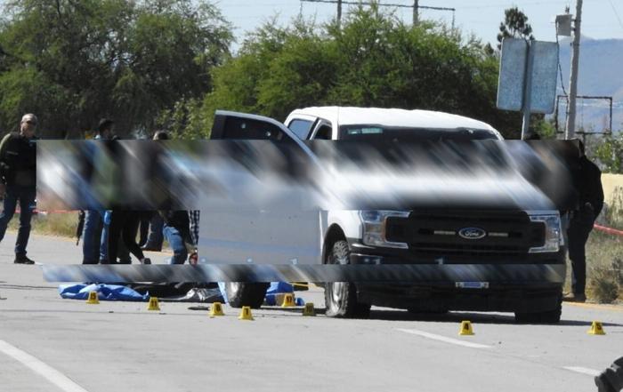 Empecherados dan alcance a dos estatales para llenarlos de plomo y dejarlos abatidos sobre la carretera Chihuahua-Aldama
