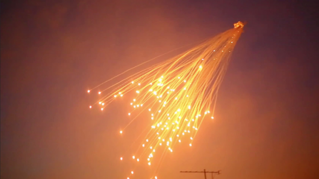 التحالف الدولي يقصف مدينة هجين بريف دير الزور بقنابل الفوسفور الأبيض المحرمة دوليا.