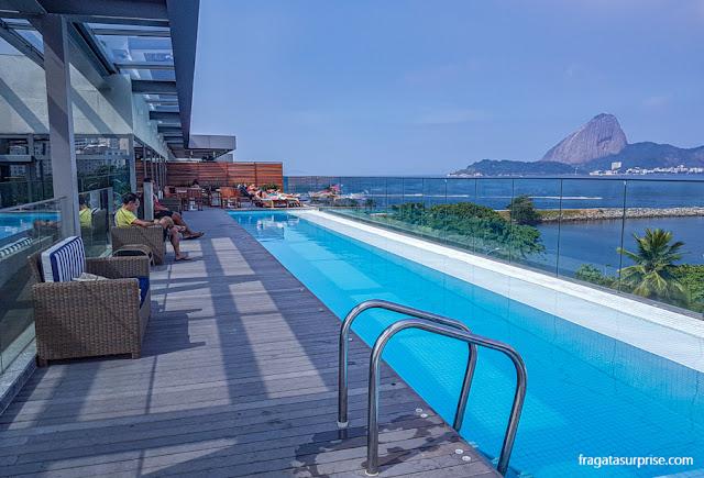 Piscina do Hotel Prodigy Aeroporto Santos Dumont, com vista para o Pão de Açúcar