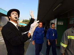 Ação com mímico de Humor e Circo para evento de treinamento de funcionarios na fábrica Nestle Jacarepaguá RJ.