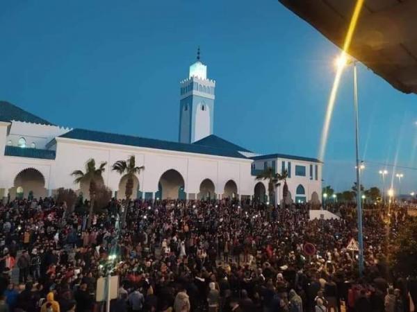 للجمعة الثالثة على التوالي.. خروج مئات المواطنين بالفنيدق للمطالبة بتحسين الأوضاع الإقتصادية
