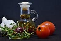 La focaccia se acompaña de buen aceite de oliva, con un sabor picante y aromatizado, con los diferentes productos que estan macetados en el.