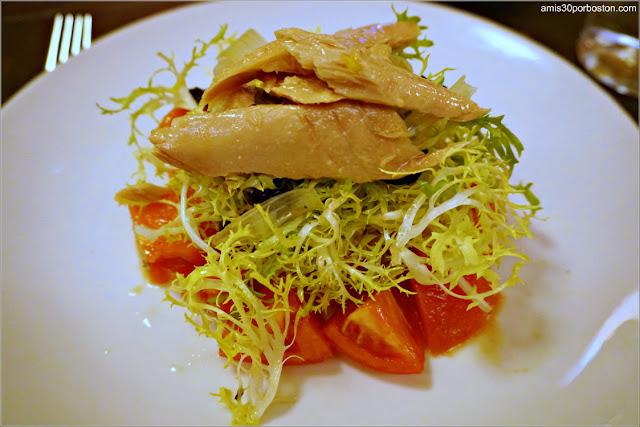 Ensalada de Tomates con Bonito en el Restaurante Leña de Mercado Little Spain