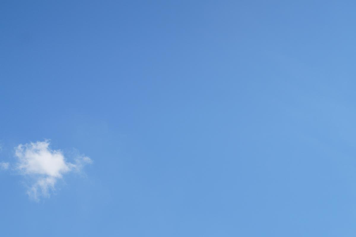 Foto langit biru dengan satu awan sederhana laku di Shutterstock