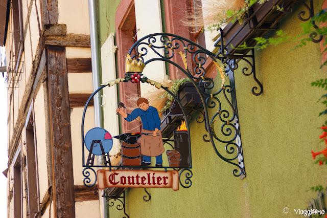 Tipiche insegne in ferro battuto alsaziane, a Riquewihr