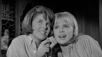Libby (Andi Garrett) y Kit (Sara Lane)