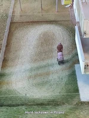 Lockdown Corona Frau mit Kinderwagen witzig im Kreis laufen