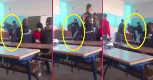 بالفيديو تلميذ يعتدي على استاذه ويعنفه وسط القسم بثانوية في ورزازات المرجو النشر لكي يصل للمسؤولين