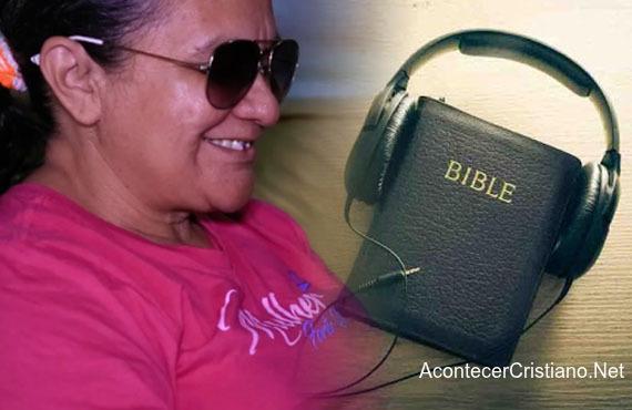 Mujer ciega escucha Biblia en audio