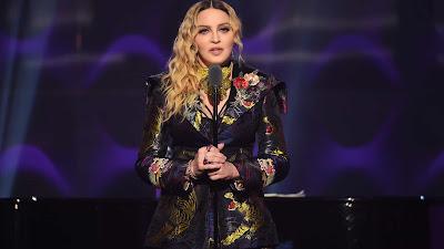 """A cantora Madonna, 61, postou mais um vídeo em suas redes sociais registrando seu período de quarentena e dessa vez afirmou que foram detectados anticorpos do novo coronavírus em seu teste. Com isso, ela falou em planos de deixar sua casa e """"respirar o ar da Covid-19""""."""