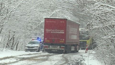 Elakadt kamionok miatt zárták le az utat Egerbakta és Pétervására között
