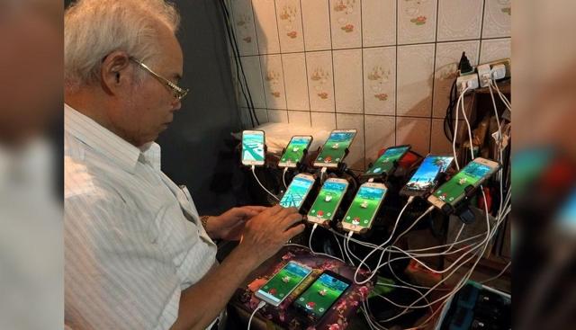 """Anciano juega """"Pokémon Go"""" con 11 celulares"""