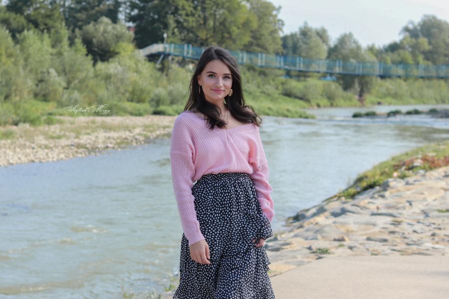 różowy sweter i długa spódnica