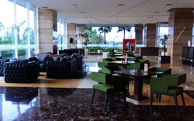 Lobi Alana Hotel kala pagi hari