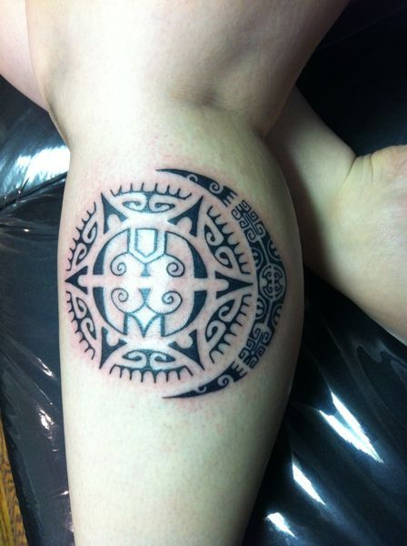 Vemos un tatuaje maori en la pantorrilla