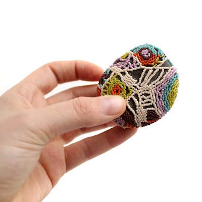 камень кружевной оплетенный ажурно бисером в стиле фриформ