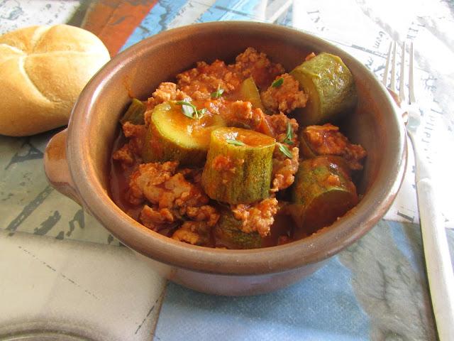 Cukinia z mięsem mielonym i sosem pomidorowym