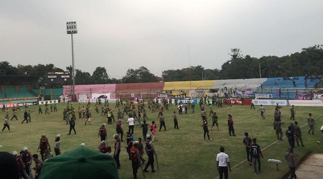 Kericuhan suporter seusai Persita Tangerang kontra PSMS Medan di Stadion Mini Persikabo Berita Terhangat Bentrok Suporter Persita Vs PSMS Merenggut Korban Jiwa