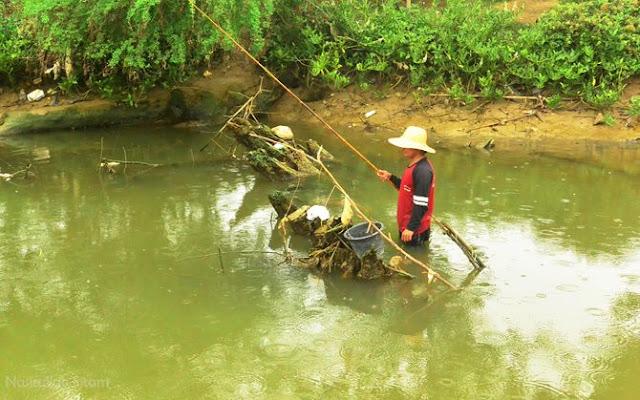 Sisa-sisa kerangka kapal yang karam di sungai