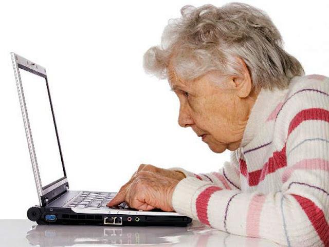 Personas mayores se esfuerzan para adaptarse al uso de la tecnología digital