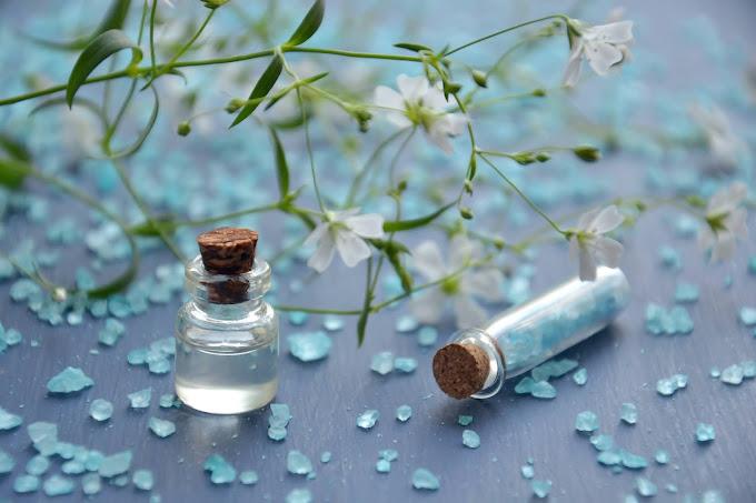 Flores brancas, óleo essencial, pedrinhas azuis