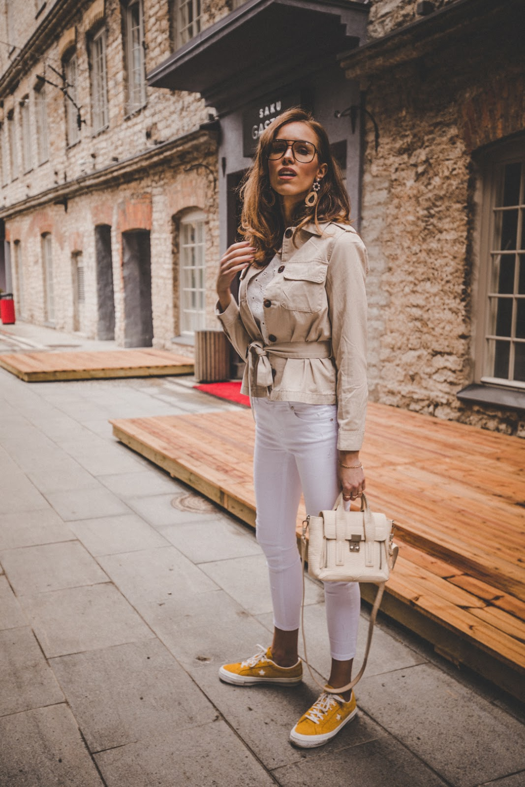 white pants spring minimalist outfit street style