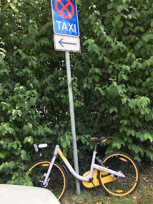 Obike am Schild Taxistand Sudetendeutsche