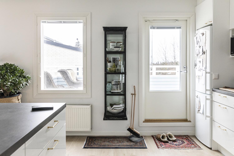 vitriini, kaappi, diy, keittiö, sisustus, sisustaminen, visualaddict, visualaddictfrida, valokuvaaja, Frida Steiner, interior inspiration, finnishhome, scandinavian home, liitumaali, chalky finish
