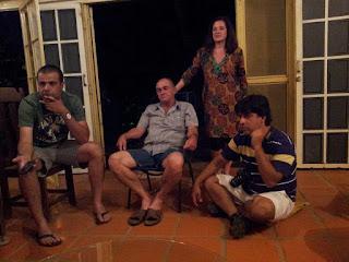 Pesquisadores Leonardo Martins (camisa verde) e Ataide Ferreira (sentado no chão) em investigação de campo - colhendo relatos pelo estado de Mato Grosso.