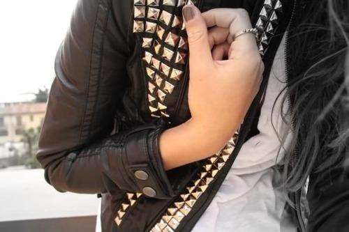 jaqueta de couro; jaqueta com tachas; jaqueta preta