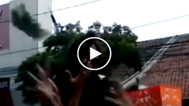 Tak Mau Kalah dengan Jokowi, Wanita Ini Lempar Uang di Jalanan Sambil Naik Hummer, Warga Sampai Berlarian! Lihat Videonya