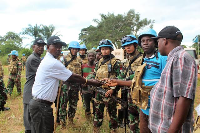 Warga Ex-Combatan Serahkan Senjata Pada Satgas TNI Konga XXXIX-A RDB MONUSCO di Republik Demokratik Kongo