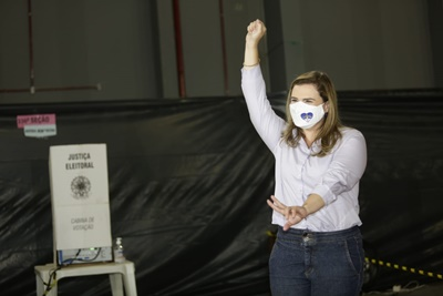 Marília é ovacionada pela população após votar no Clube Alemão