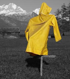 Cara Mengecilkan Jas Hujan yang Kebesaran dengan Mudah