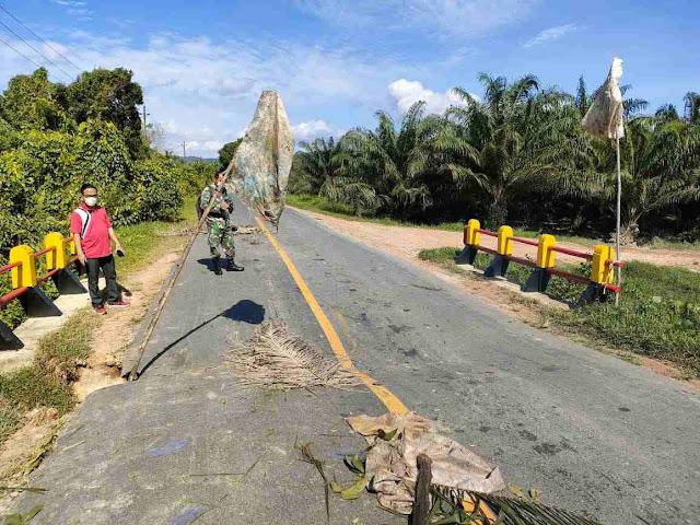Di Khawatirkan Jembatan Penghubung Jalan Raya Menjalin Menuju Bengkayang Longsor Dan Ambruk Kapolsek Ingatkan Warga Agar Waspada