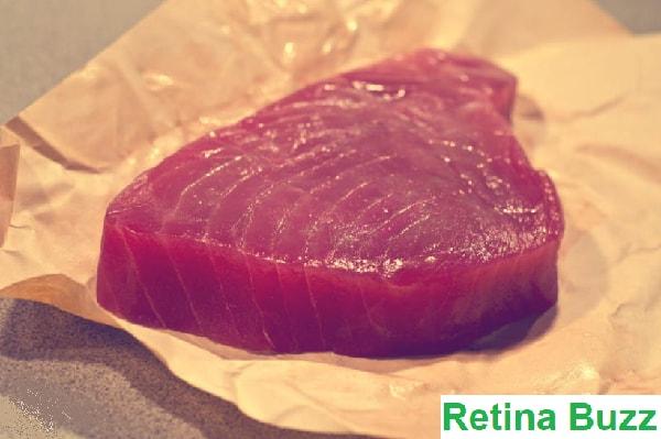 """يعرف الكثير من الناس أن تناول الكثير من سمك التونة يمكن أن يكون خطيراً ، لكن القليل من الناس يعرفون ما يعنيه """"الكثير"""" بالفعل. تحتوي بعض أنواع التونة على زئبق أكثر من غيرها. لذا ، إذا كان وزن الشخص 68  كيلوغرام ، فلا ينبغي عليه تناول أكثر من 130 غرام من التونة في 9 أيام."""