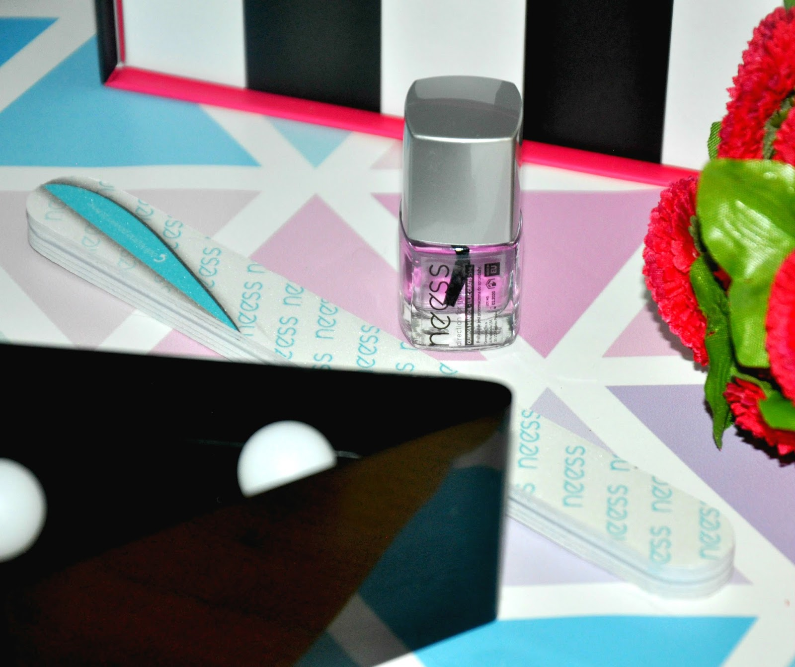 Golden Rose Baza pod pomadkę Bezbarwna, niewyczuwalna baza, która nawilża i wygładza usta. Uwydatnia ich kolor i sprawia, że makijaż utrzymuje się dłużej. Wzbogacona o unikalny składnik Maxi-Lip wspiera syntezę kalogenu i zwiększa objętość ust. Cena: 14,90 zł/ 3 g (Produkt pełnowymiarowy)
