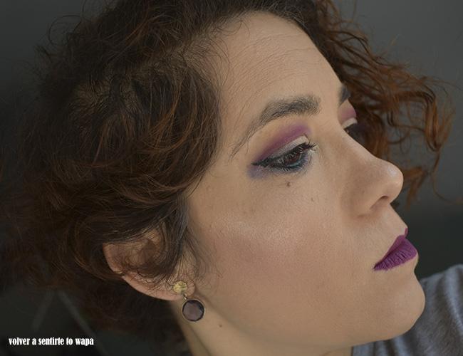 Maquillaje en dorado, morado y plata