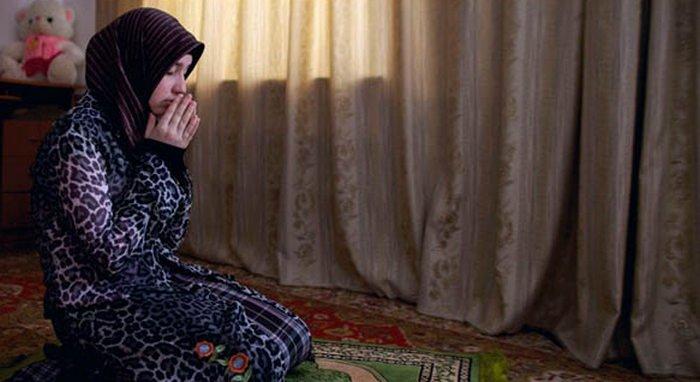 12 Tips tampil fit dan fresh tanpa obat-obatan, berdoa kepada allah, berdoa ketika sujud, berdoa ketika haid, kelebihan berdoa, berdoa kristen, berdoa dengan asmaul husna, cara berdoa, kepentingan berdoa, Amina Mutieva 21 a student at the Islamic University in Grozny prays in her bedroom