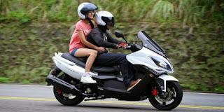 cara memeluk pria saat naik motor yang mesra