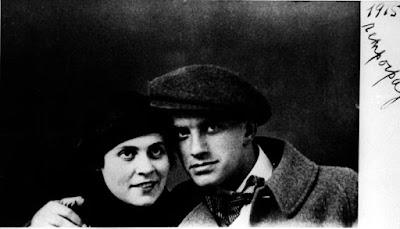 Vladimir Mayakovsky and Lilya Brik 1915 Ο Βλαντίμιρ Μαγιακόβσκι και η Λίλη Μπρικ