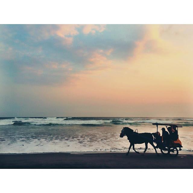 foto senja sunset romantis di pantai parangtritis